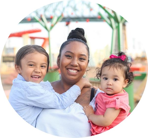 Femme avec ses deux enfants